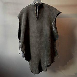 Poncho i merino lammeskinn mørk grå